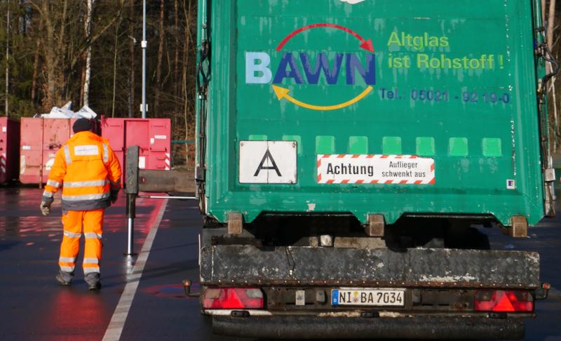 Müllwerker neben Fahrzeug©BAWN